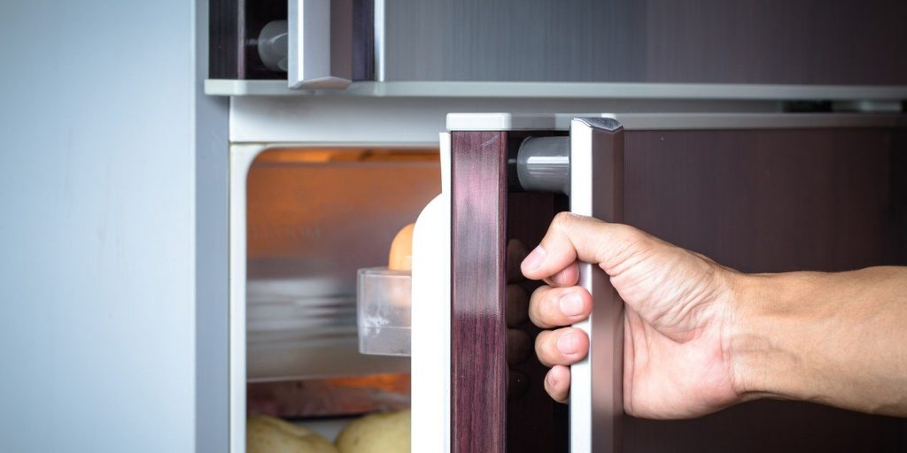 Почему дверь холодильника сильно присасывается