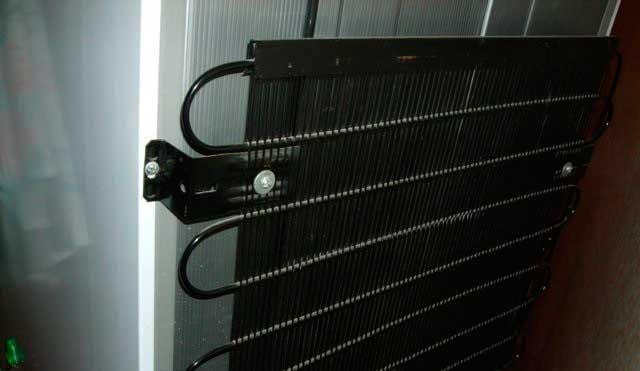 Почему задняя стенка холодильника горячая